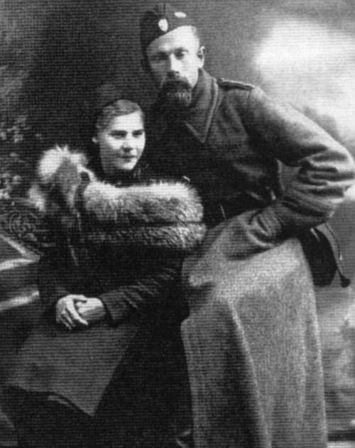 Тарас Боровец вместе с женой Анной Опоченской.  Анна была захвачена в плен партийными боевиками бандеровцев, повергнута пыткам  и убита.