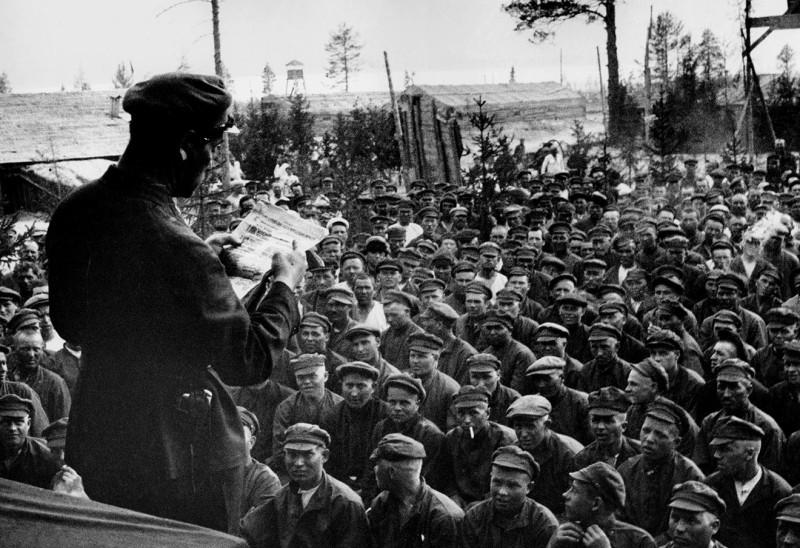 Выступление начальника Беломорстроя Афанасьева на собрании каналоармейцев 9-го шлюза. Фото РГАКФД-Фото ИТАР-ТАСС.
