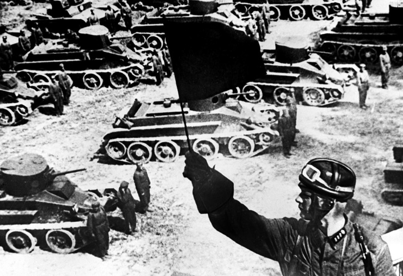 Красная Армия 1928-1932 годы. На снимке: в танковом парке. Репродукция Фотохроники ТАСС, 1991 год.