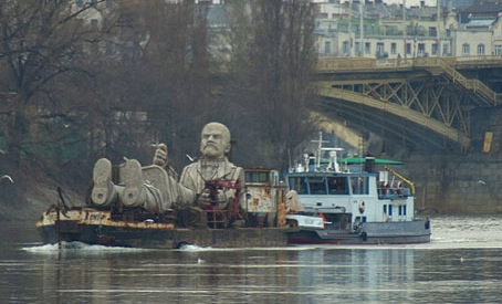 floating_lenin_1