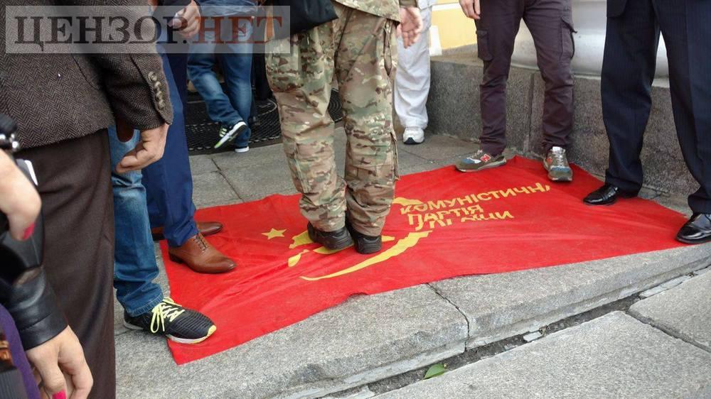 """Участники съезда ВО """"Свобода"""" вытирают ноги о флаг КПУ."""