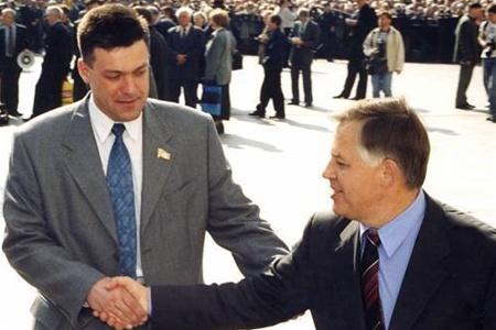 Рукопожатие Симоненко и Тягныбока возле входа в Центризбирком.